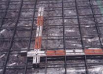 荷重に対して緊密に入れたベース鉄筋、その下には防湿フィルム