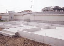 天場の上に換気用基礎パッキンを設置して、換気性十分な基礎の完成です。